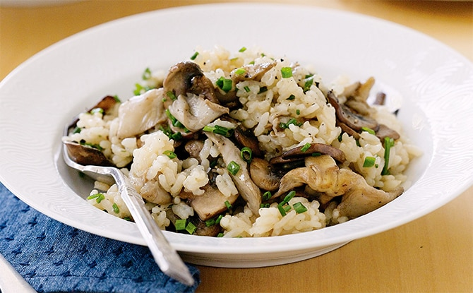 We offer you the recipe for creamy risotto with chicken and mushrooms, a complete dish, easy to cook. This delicious risotto is ideal as a light meal compatible with the Weight Watchers diet.